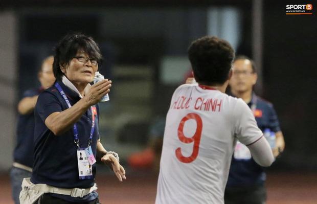 HLV Park Hang-seo quát thẳng mặt bác sĩ U22 Việt Nam vì chưa kịp sơ cứu cho Văn Hậu-2