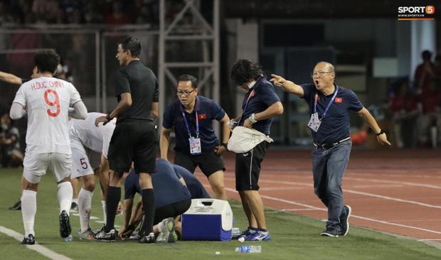 HLV Park Hang-seo quát thẳng mặt bác sĩ U22 Việt Nam vì chưa kịp sơ cứu cho Văn Hậu-3