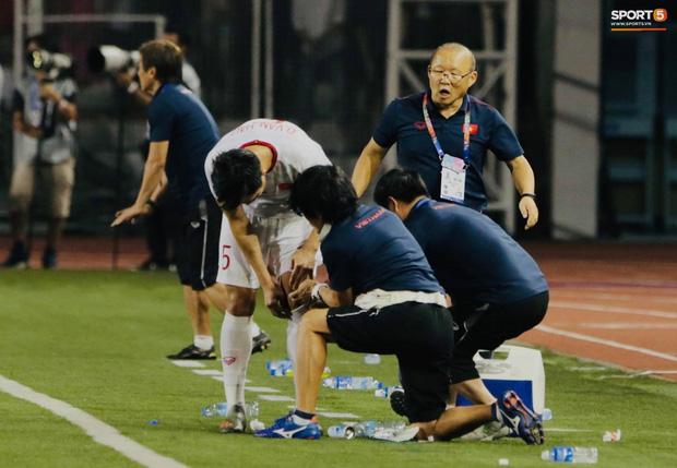 HLV Park Hang-seo quát thẳng mặt bác sĩ U22 Việt Nam vì chưa kịp sơ cứu cho Văn Hậu-4