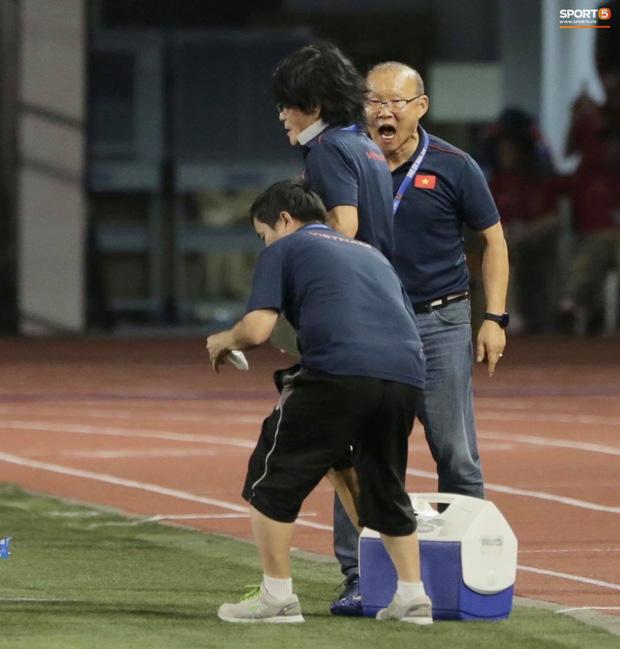 HLV Park Hang-seo quát thẳng mặt bác sĩ U22 Việt Nam vì chưa kịp sơ cứu cho Văn Hậu-5