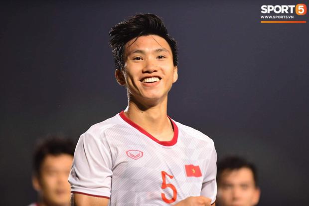Loạt khoảnh khắc cực phẩm của Văn Hậu trong trận chung kết SEA games: Đổ gục vì nụ cười này!-1