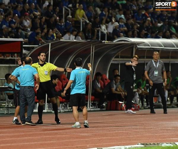 Góc lý giải: Luật nào khiến ông Park Hang-seo trở thành HLV đầu tiên của bóng đá Việt Nam phải nhận thẻ đỏ?-4