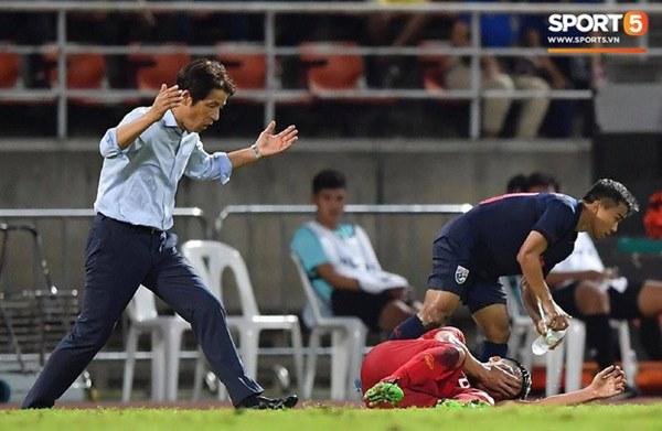 Góc lý giải: Luật nào khiến ông Park Hang-seo trở thành HLV đầu tiên của bóng đá Việt Nam phải nhận thẻ đỏ?-5