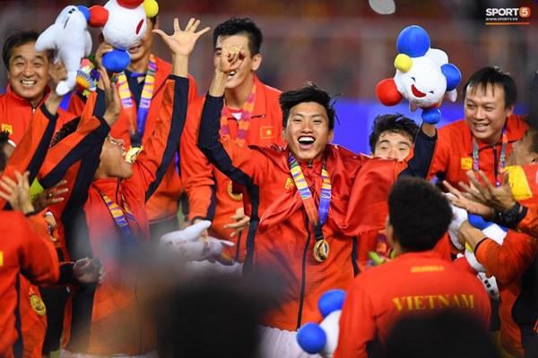 Khoảnh khắc lịch sử: Quốc ca Việt Nam lần đầu vang lên trên bục vinh quang môn bóng đá nam SEA Games-2
