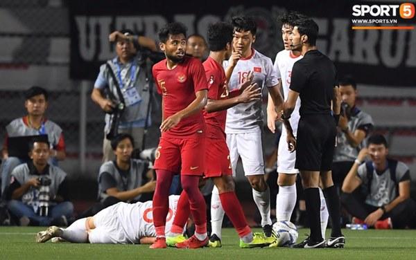 Cãi cùn với trọng tài, trai hư của Indonesia bị Thành Chung cho tắt điện-2