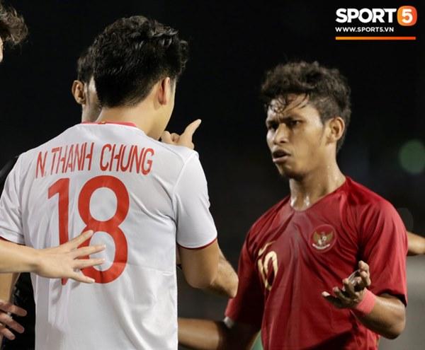 Cãi cùn với trọng tài, trai hư của Indonesia bị Thành Chung cho tắt điện-3