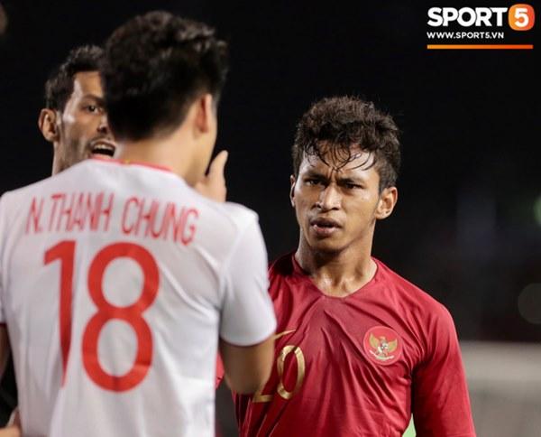 Cãi cùn với trọng tài, trai hư của Indonesia bị Thành Chung cho tắt điện-4