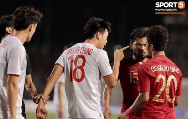 Cãi cùn với trọng tài, trai hư của Indonesia bị Thành Chung cho tắt điện-5