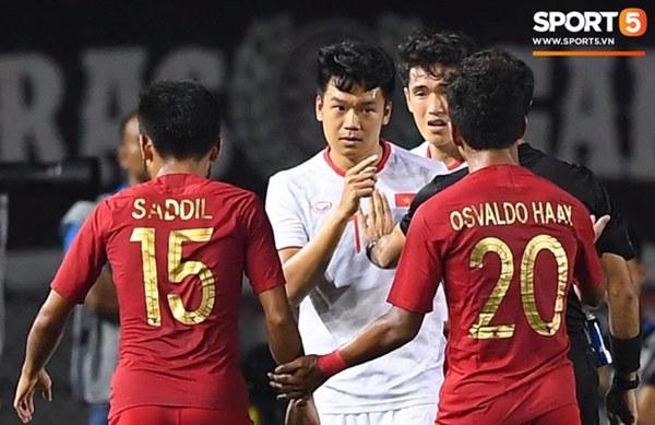 Cãi cùn với trọng tài, trai hư của Indonesia bị Thành Chung cho tắt điện-6