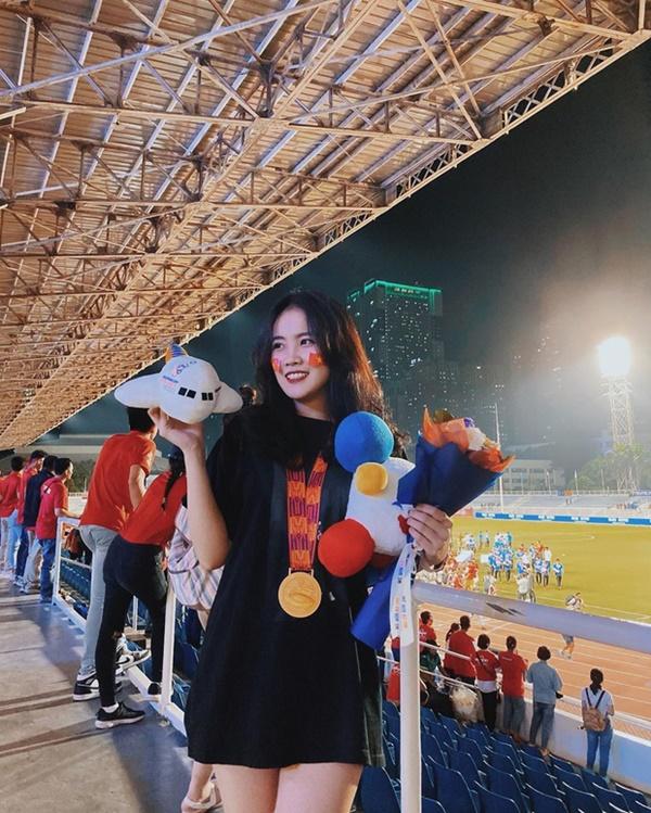 Bạn gái Văn Hậu khoe ảnh chụp cùng huy chương vàng: Cô gái số hưởng nhất hôm nay đây rồi!-1