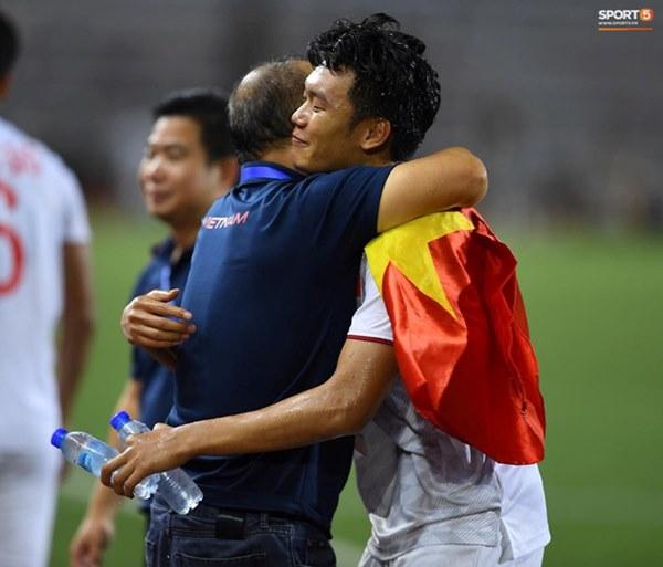 Xúc động hình ảnh HLV Park Hang-seo đặt tay lên trái tim, giơ cờ Việt Nam ăn mừng vô địch SEA Games-2
