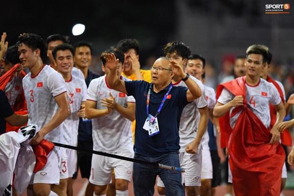 Xúc động hình ảnh HLV Park Hang-seo đặt tay lên trái tim, giơ cờ Việt Nam ăn mừng vô địch SEA Games-3
