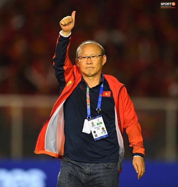Xúc động hình ảnh HLV Park Hang-seo đặt tay lên trái tim, giơ cờ Việt Nam ăn mừng vô địch SEA Games-4
