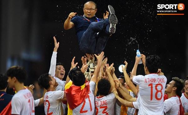 Xúc động hình ảnh HLV Park Hang-seo đặt tay lên trái tim, giơ cờ Việt Nam ăn mừng vô địch SEA Games-5