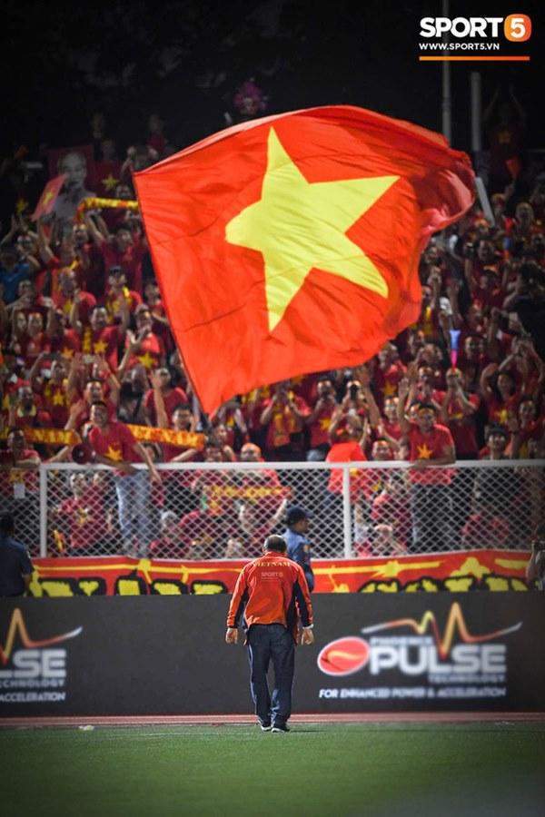 Xúc động hình ảnh HLV Park Hang-seo đặt tay lên trái tim, giơ cờ Việt Nam ăn mừng vô địch SEA Games-6