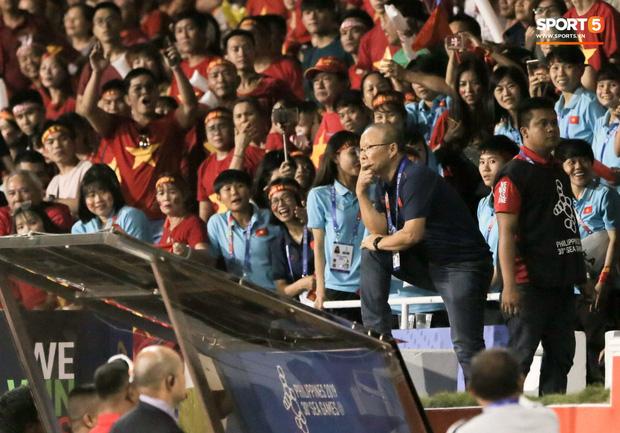 CĐV Indonesia hăm dọa, định tấn công HLV Park Hang-seo trên khán đài-1