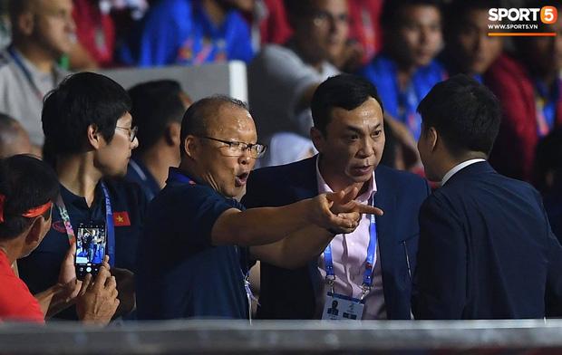CĐV Indonesia hăm dọa, định tấn công HLV Park Hang-seo trên khán đài-2