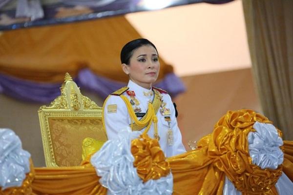 Hoàng hậu Thái Lan biến hóa liên tục sau khi Hoàng quý phi bị phế truất, khoe vẻ đẹp cá tính trong sự kiện mới nhất-2