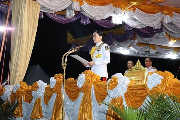 Hoàng hậu Thái Lan biến hóa liên tục sau khi Hoàng quý phi bị phế truất, khoe vẻ đẹp cá tính trong sự kiện mới nhất-3
