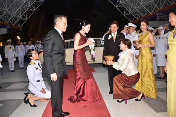 Hoàng hậu Thái Lan biến hóa liên tục sau khi Hoàng quý phi bị phế truất, khoe vẻ đẹp cá tính trong sự kiện mới nhất-4