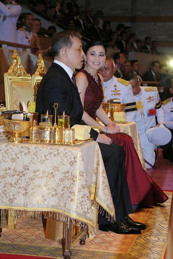 Hoàng hậu Thái Lan biến hóa liên tục sau khi Hoàng quý phi bị phế truất, khoe vẻ đẹp cá tính trong sự kiện mới nhất-5