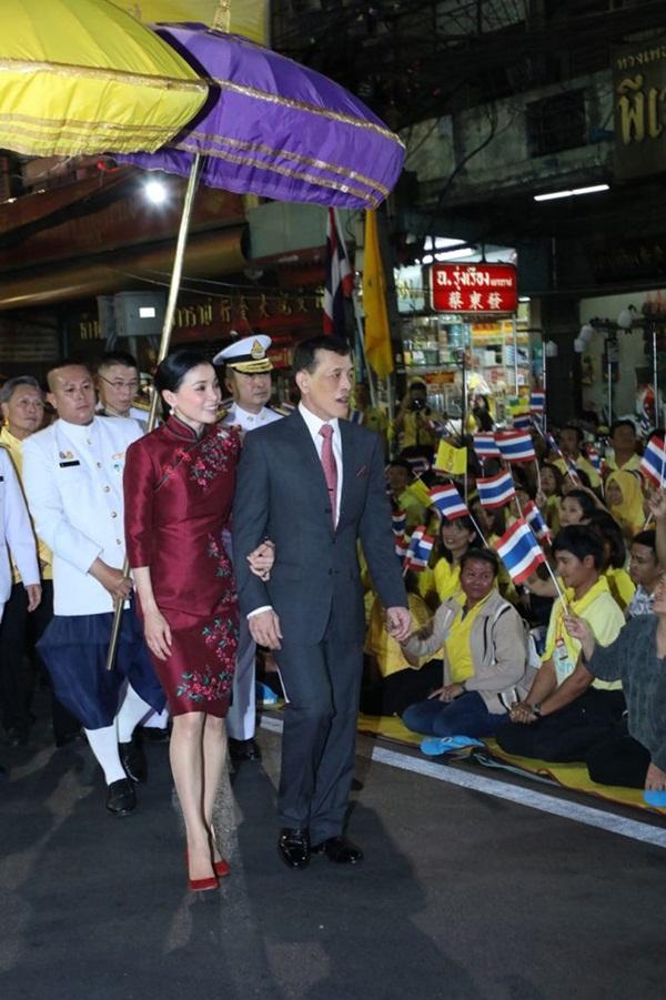 Hoàng hậu Thái Lan biến hóa liên tục sau khi Hoàng quý phi bị phế truất, khoe vẻ đẹp cá tính trong sự kiện mới nhất-6