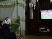 Xúc động hình ảnh bà nội thủ môn Văn Toản lặng lẽ một mình theo dõi cháu trai giành huy chương vàng SEA Games 30