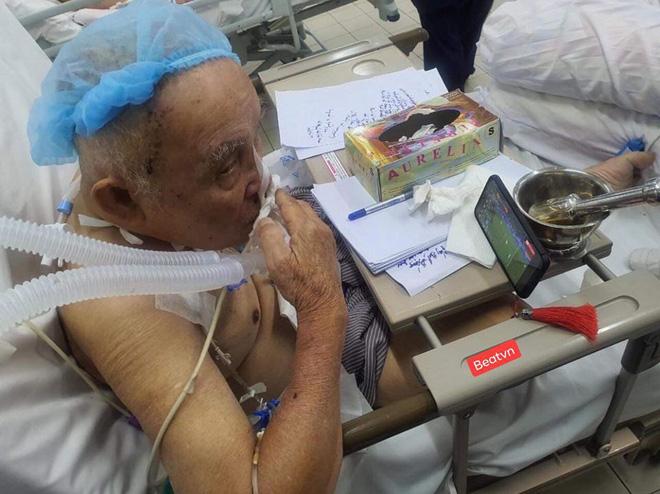 Cụ ông phẫu thuật não, thở máy vẫn cố xem trận U22 Việt Nam - U22 Indonesia và những hình ảnh xúc động trong viện-1