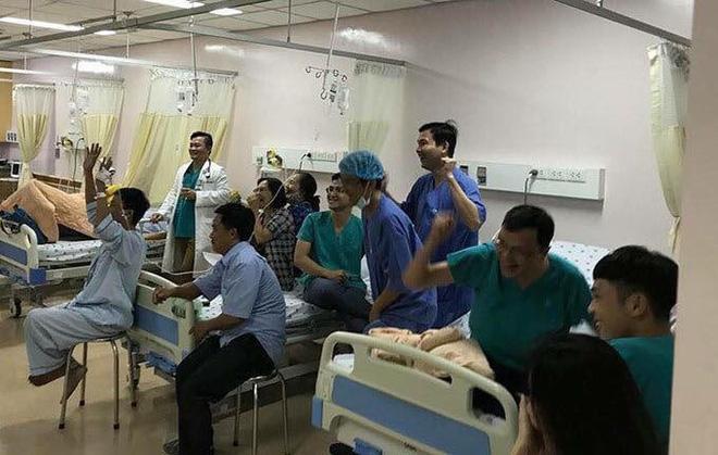 Cụ ông phẫu thuật não, thở máy vẫn cố xem trận U22 Việt Nam - U22 Indonesia và những hình ảnh xúc động trong viện-6