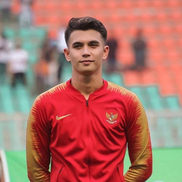 Chàng thủ môn 9X của U22 Indonesia phải vào lưới nhặt bóng 3 lần: Hot boy điển trai, nam tính nhưng ngoài đời lại có phong cách khác hẳn-1