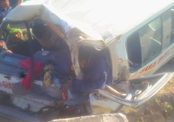 [NÓNG] 2 người chết, 6 người bị thương khi xe của Trung tâm dạy nghề trẻ tàn tật đâm vào vách núi-2
