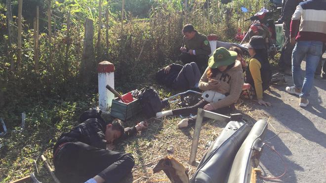 [NÓNG] 2 người chết, 6 người bị thương khi xe của Trung tâm dạy nghề trẻ tàn tật đâm vào vách núi-3