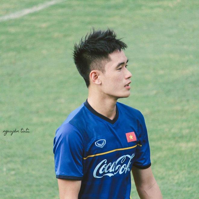 Huỳnh Tấn Sinh - nam thần thế hệ mới của U22 Việt Nam: Cao 1m82 với gương mặt visual, gì chứ múi thì anh không thiếu-7