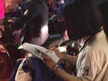 Miệt mài học bài giữa giữa biển người ăn mừng Việt Nam vô địch SEA Games, nữ sinh bất ngờ nổi như cồn trên MXH