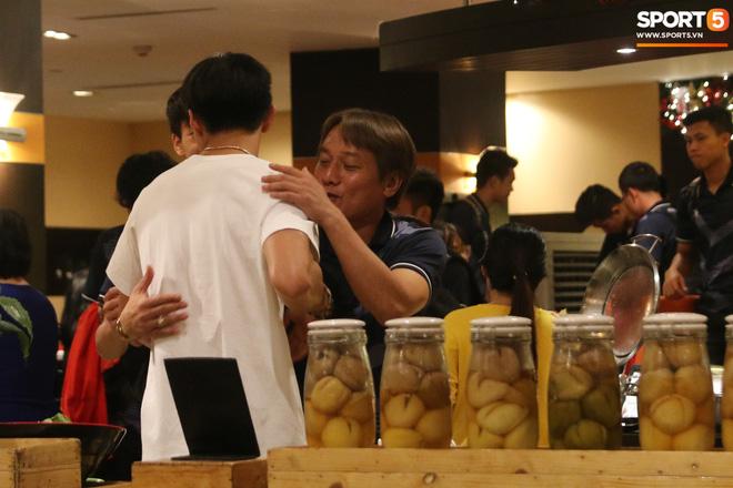 Xúc động cảnh Văn Hậu chia tay đồng đội, ở lại Philippines một mình-7