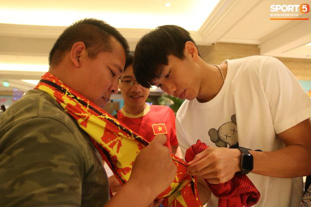 Xúc động cảnh Văn Hậu chia tay đồng đội, ở lại Philippines một mình-13