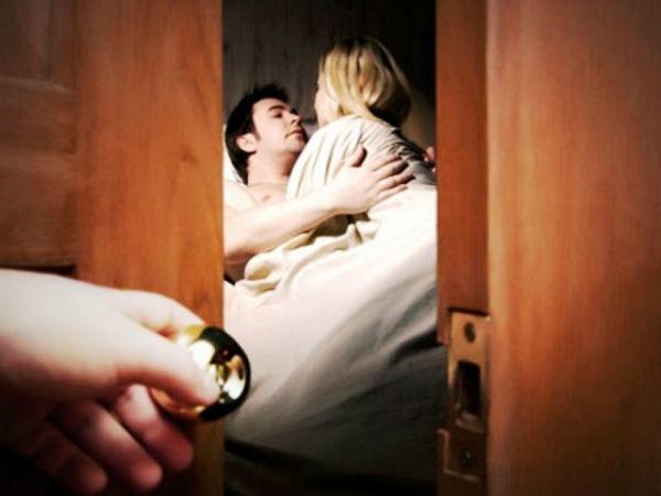 Chồng thuê phòng cho nhân tình ở ngay bên cạnh trong tuần trăng mật-1