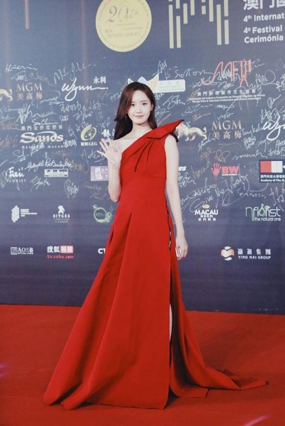 Visual đỉnh cao như thế này bảo sao Yoona chiếm trọn spotlight trên thảm đỏ LHP Quốc tế Macao-2