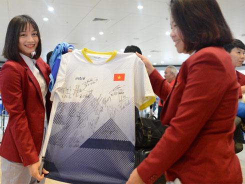 Đáng yêu như crush quốc dân Hoàng Thị Loan: Hoá thân thành fan girl, ráo riết săn tìm từng chữ ký cầu thủ U22 Việt Nam - kết quả xổ số tiền giang