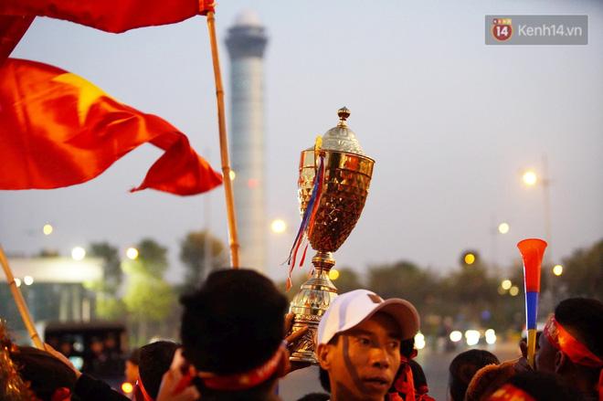 Máy bay đưa đoàn thể thao Việt Nam về trễ hơn dự kiến, người thân cùng hàng trăm CĐV chờ đợi khoảnh khắc được gặp các VĐV-3