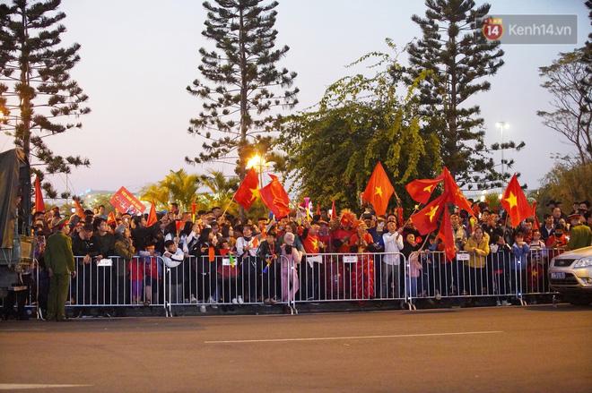 Máy bay đưa đoàn thể thao Việt Nam về trễ hơn dự kiến, người thân cùng hàng trăm CĐV chờ đợi khoảnh khắc được gặp các VĐV-4