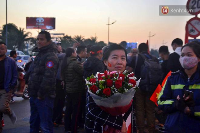 Máy bay đưa đoàn thể thao Việt Nam về trễ hơn dự kiến, người thân cùng hàng trăm CĐV chờ đợi khoảnh khắc được gặp các VĐV-5