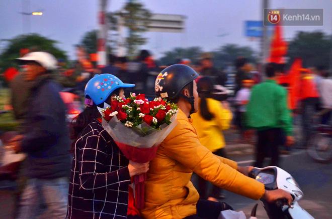 Máy bay đưa đoàn thể thao Việt Nam về trễ hơn dự kiến, người thân cùng hàng trăm CĐV chờ đợi khoảnh khắc được gặp các VĐV-6