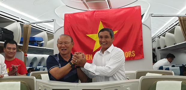 HLV Park Hang-seo và Mai Đức Chung nắm chặt tay nhau trên chuyến bay lịch sử mang 2 huy chương vàng về cho bóng đá Việt Nam-1