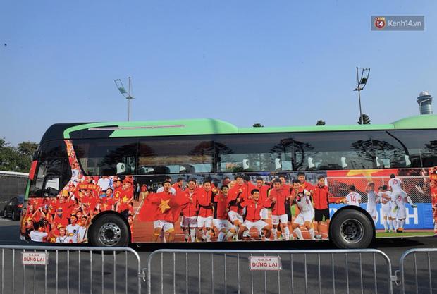 HLV Park Hang-seo và Mai Đức Chung nắm chặt tay nhau trên chuyến bay lịch sử mang 2 huy chương vàng về cho bóng đá Việt Nam-2