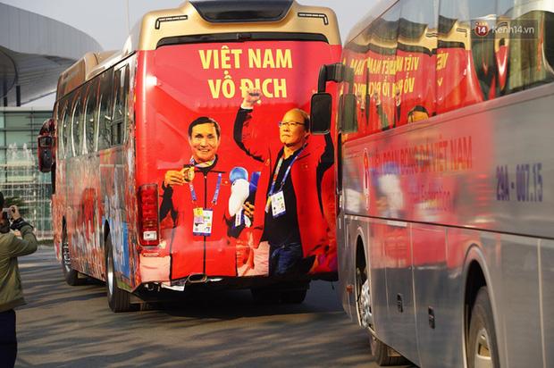 HLV Park Hang-seo và Mai Đức Chung nắm chặt tay nhau trên chuyến bay lịch sử mang 2 huy chương vàng về cho bóng đá Việt Nam-5