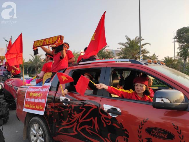 Mẹ Quang Hải cùng dàn xe máy cày diễu hành ra sân bay Nội Bài đón đội tuyển U22 Việt Nam trở về-1
