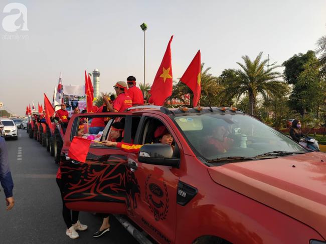 Mẹ Quang Hải cùng dàn xe máy cày diễu hành ra sân bay Nội Bài đón đội tuyển U22 Việt Nam trở về-4