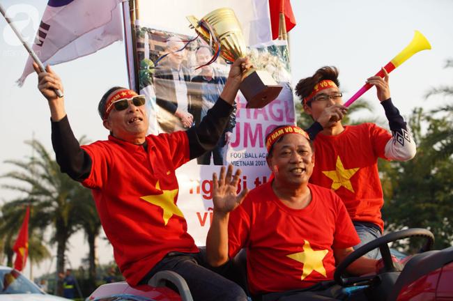 Mẹ Quang Hải cùng dàn xe máy cày diễu hành ra sân bay Nội Bài đón đội tuyển U22 Việt Nam trở về-11