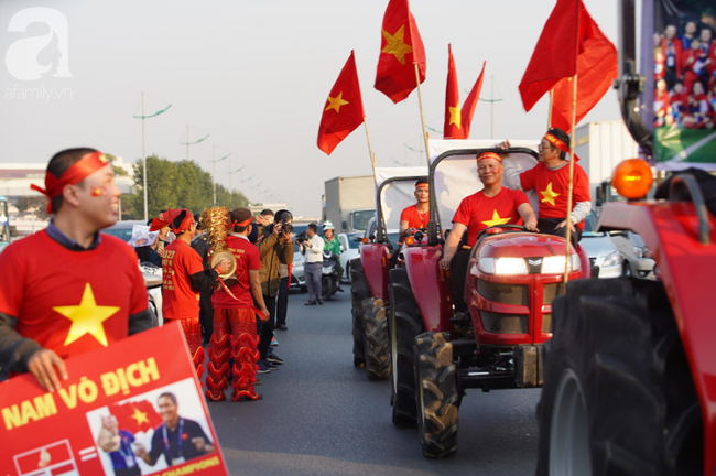 Mẹ Quang Hải cùng dàn xe máy cày diễu hành ra sân bay Nội Bài đón đội tuyển U22 Việt Nam trở về-5
